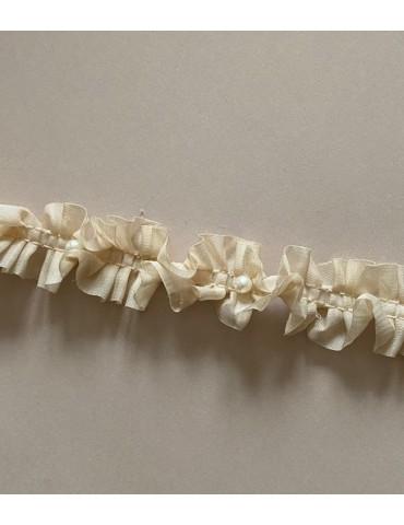 Perles sur voile plissé beige